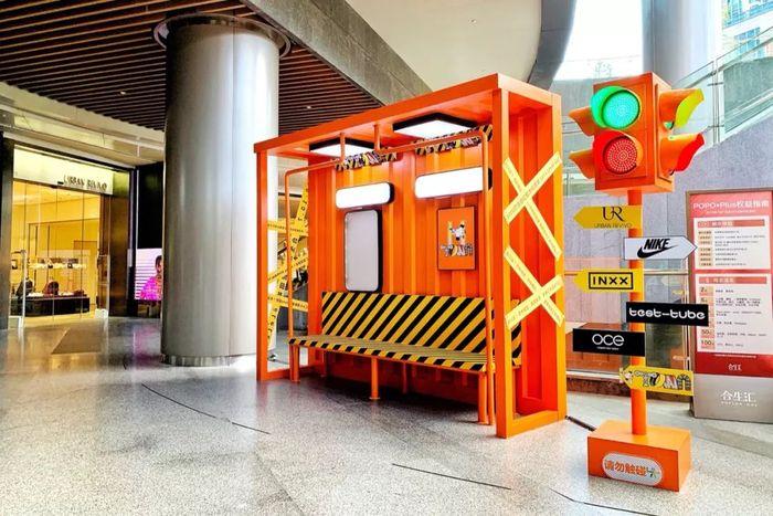 """周年庆的商场美陈都被""""染橙了"""",LēLéLêLè!"""