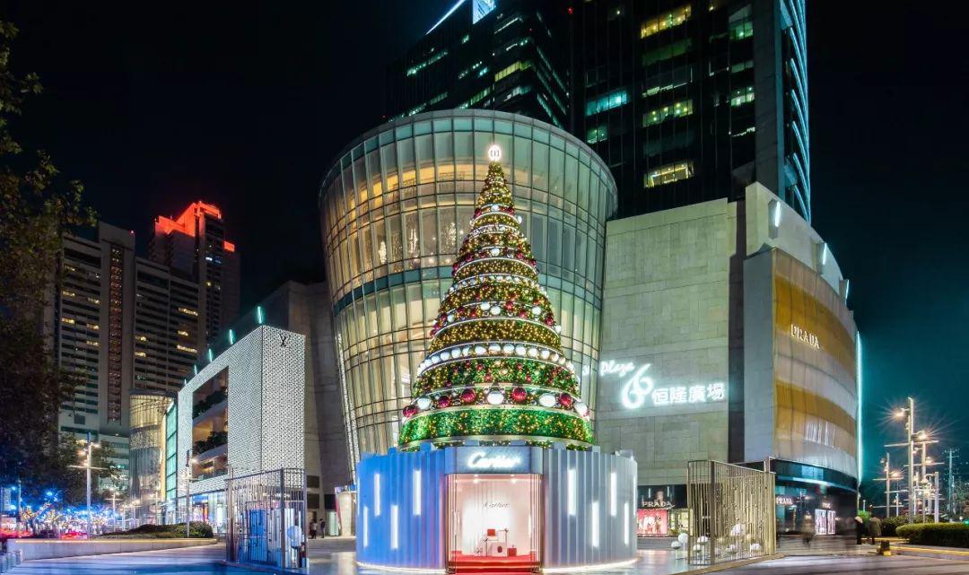 最美圣诞树美陈设计当属卡地亚了,红盒之中的光芒温暖了冬日时光
