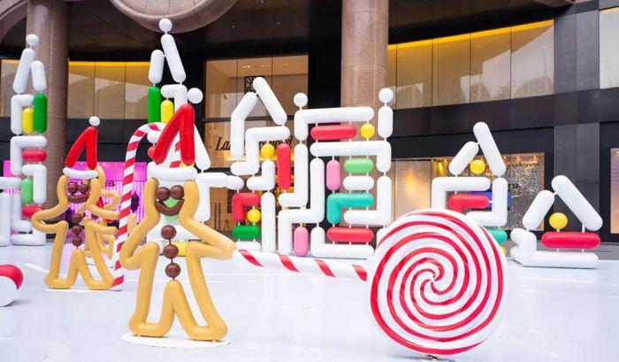 不好,有一群可爱的姜饼人围绕着圣诞节的美陈设计嬉戏玩耍,快去瞅瞅