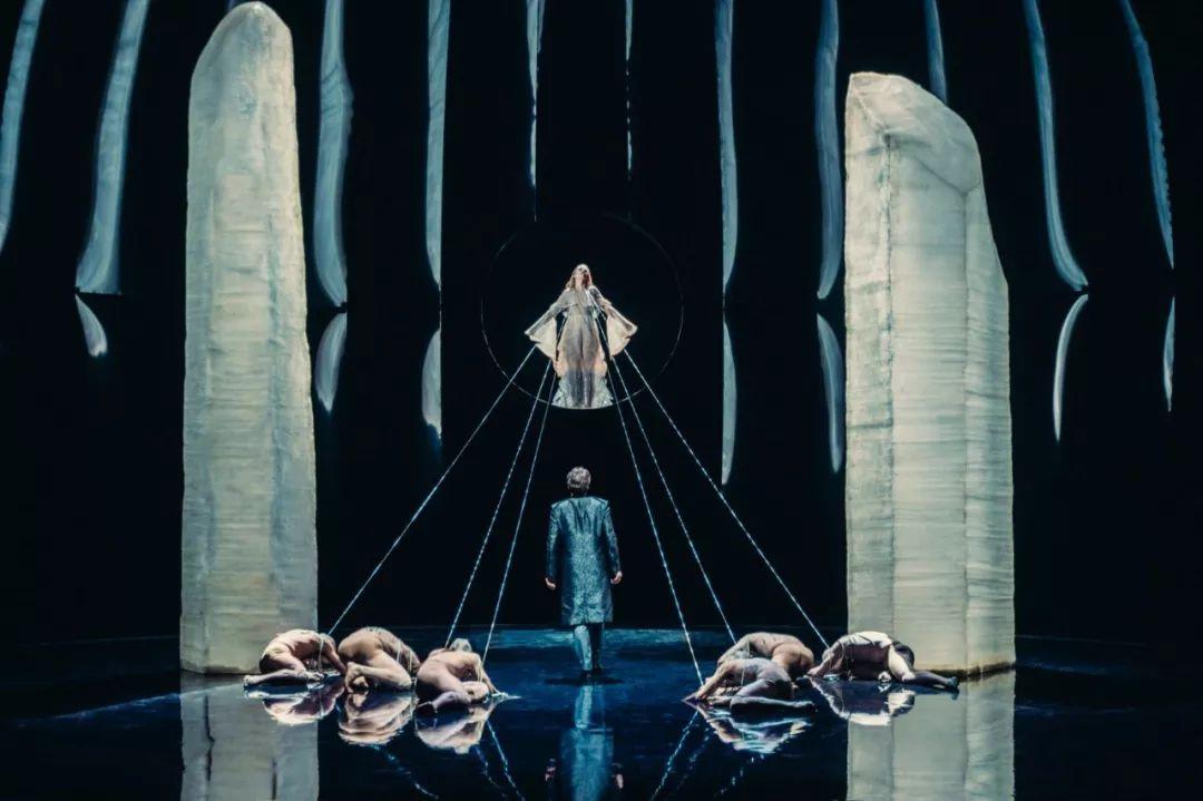 成就一部伟大歌剧的,还有让人惊叹的舞美设计