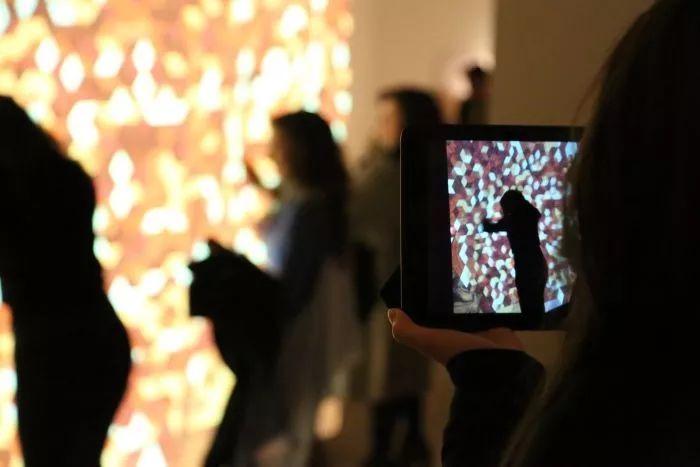"""主题展览里的交互式""""木墙""""装置提高了大众对劳斯莱斯进一步的认识"""