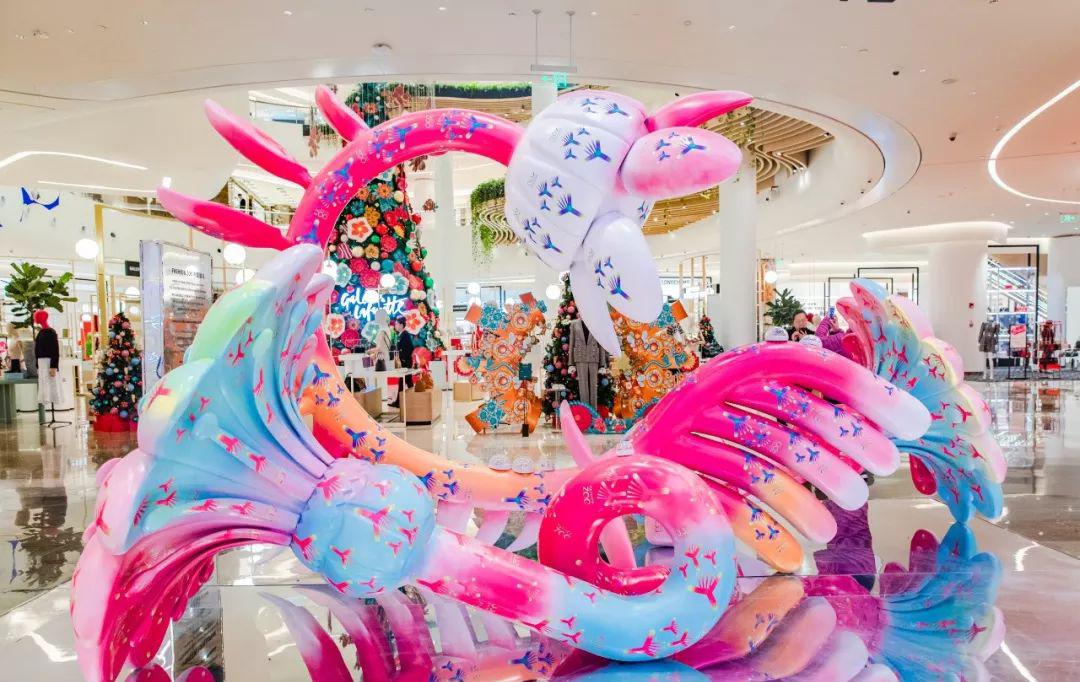 圣诞季,神奇蜜蜂王国打造了一场奇趣的圣诞美陈设计,仪式感满满