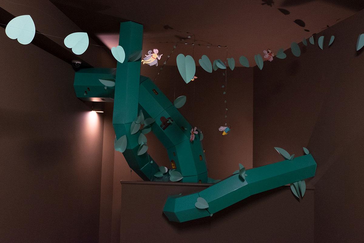 装饰在Livraria Lello儿童阅览室的巨型豆茎美陈设计