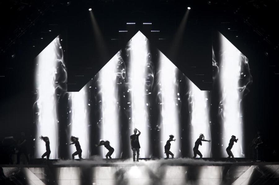 这场演唱会的舞美策划令人眼花缭乱,惊呼这场活动的视觉效果太厉害了