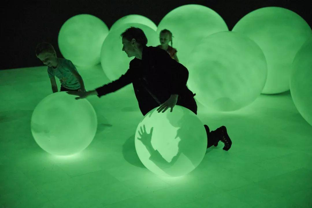 他用会展活动策划的艺术品唤醒了观众对人类对环境的影响