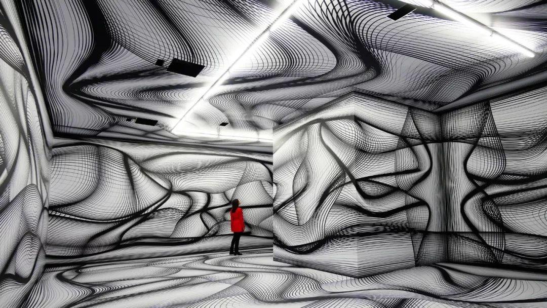 快闪店活动空间是用颜料和复杂的投影形成的,策划设计太迷幻了