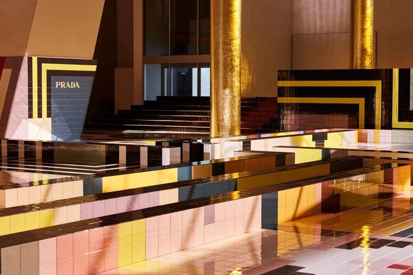 普拉达的时装秀活动策划设计的几何舞台色彩斑澜,活力满满