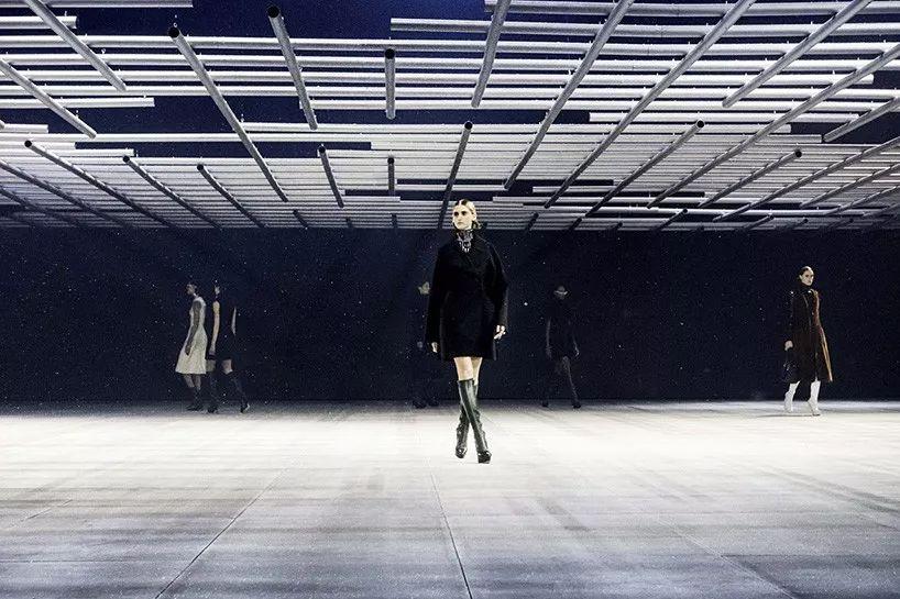 发布会活动的舞美策划成科幻风格,笼形结构下走秀也是新颖体验
