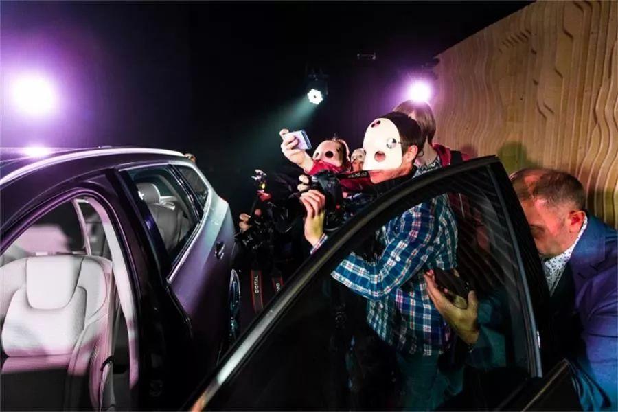 这款新车的发布活动以沉浸式剧院表演的形式进行,效果太棒了