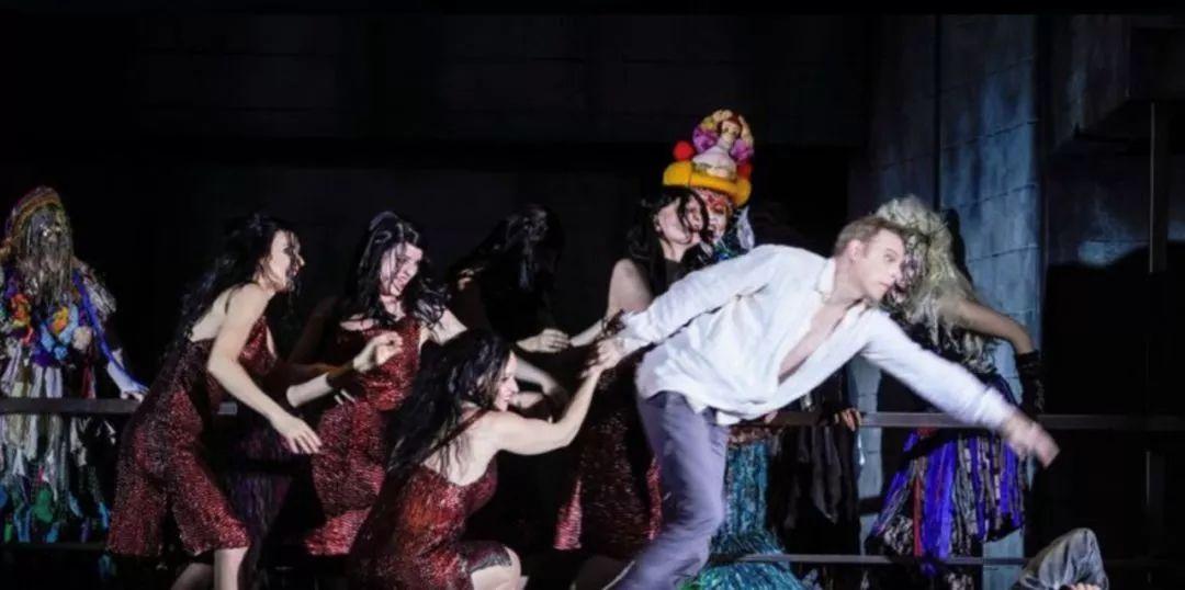 这场神话故事戏剧活动策划的舞美空间层次感强化了剧情的发展