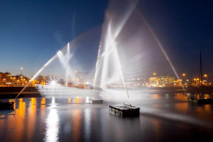 这艘3D船策划投射出来的灯光秀活动真令人眼花缭乱和充满希望
