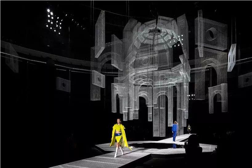 米兰时装秀活动策划的T台定义了一个超当代的维度