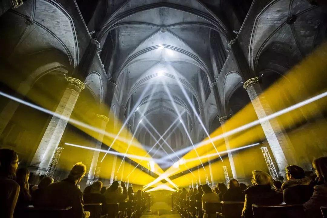 教堂里的这场视听灯光秀表演活动,重新诠释了光的奇迹