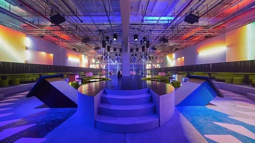 时装秀活动策划的这个灯光装置增强了场地的工业纪念性和原始感