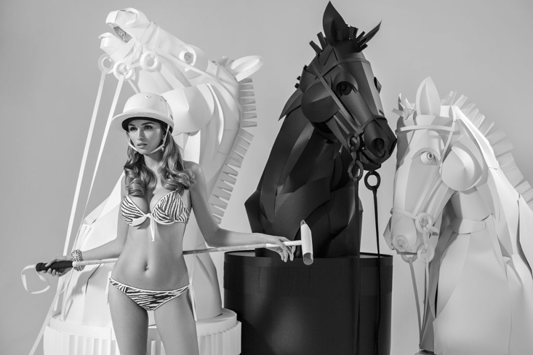 内衣秀展览活动的美女和纸象棋的马,性感与狂野的时尚结合