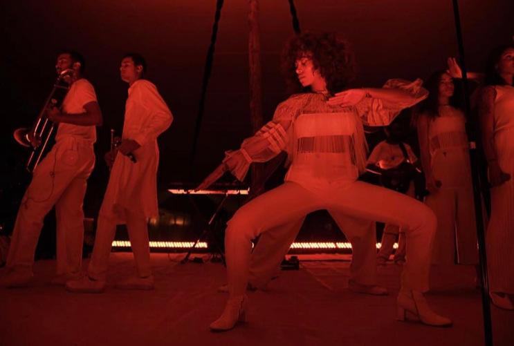 这是一场沙漠里的时装秀:迪奥思维好跳跃