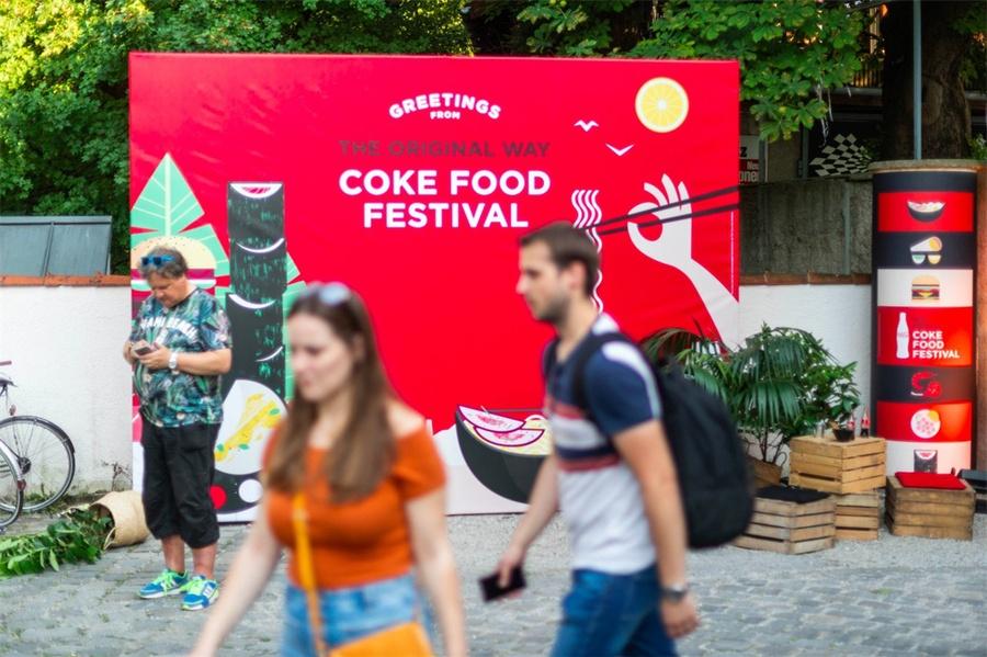 可口可乐以美食快闪店活动策划开场,用最燃音乐和美食点亮活动氛围