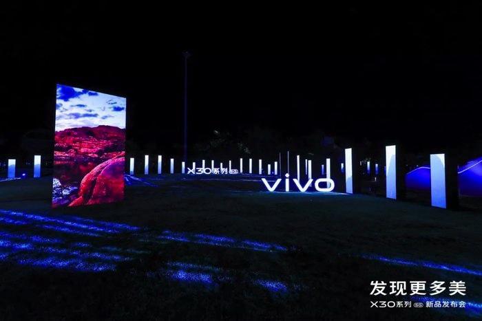 融合山水的开放式发布会活动,策划的水池X型舞台艺术范儿十足