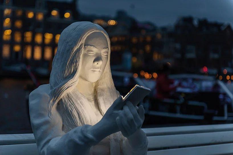 """""""被光吸引""""的主题展览活动策划的是数字技术如何占据我们的生活"""