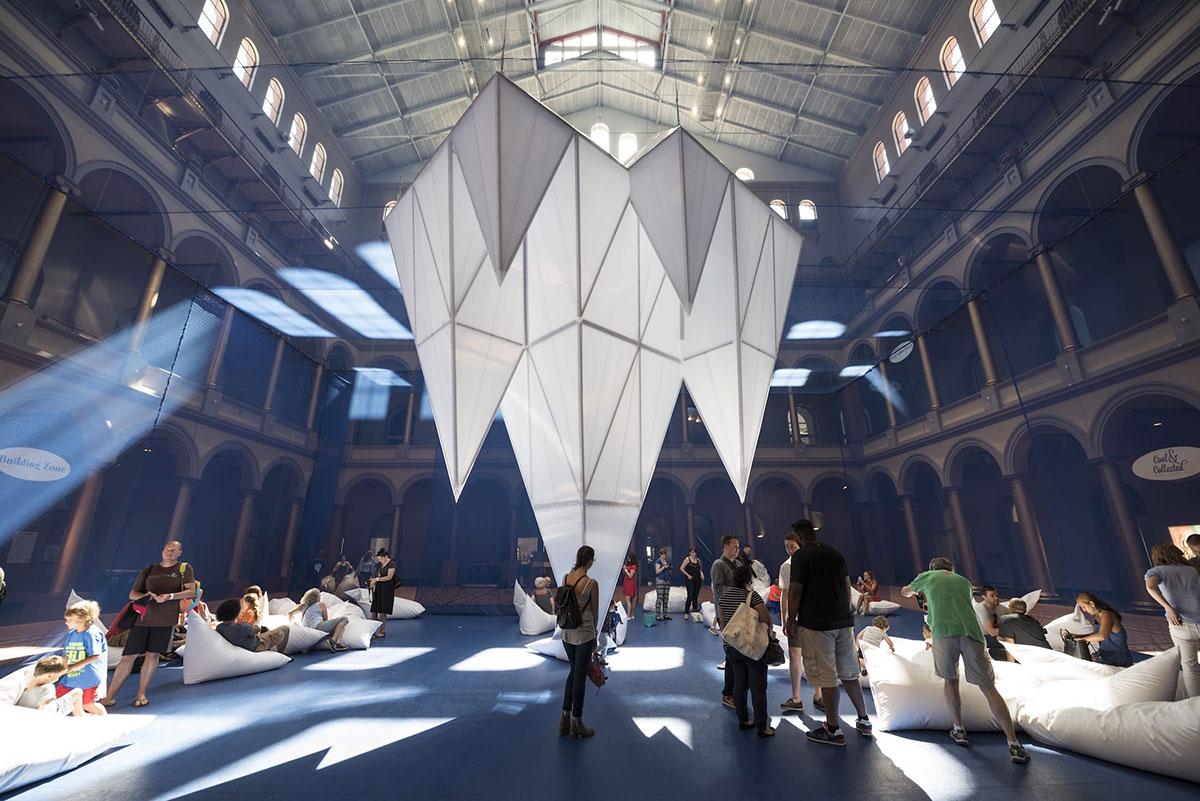 设计成冰山的美陈设计更多地是为了向公众输出环境的主题教育
