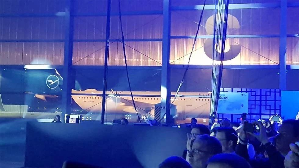 航空公司发布会策划了一个将客人、手机和屏幕连接在一起的艺术装置