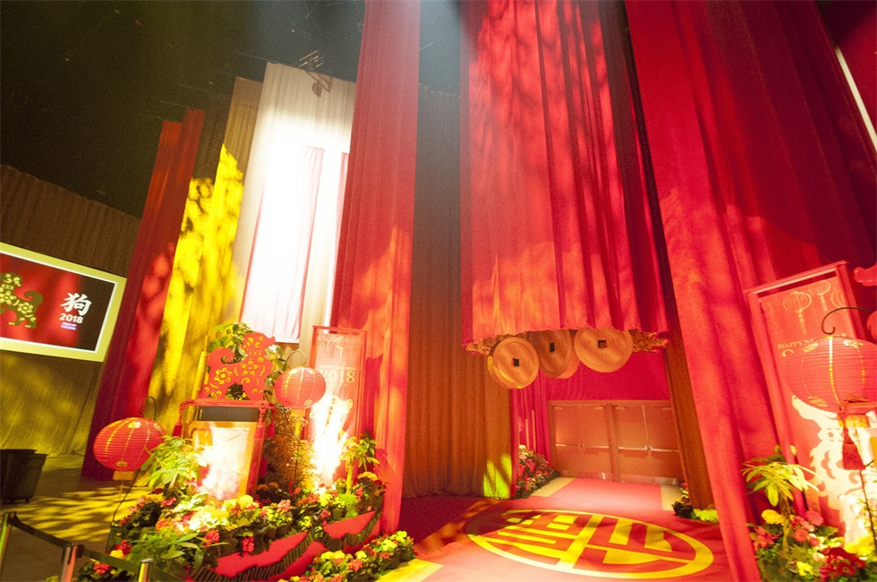 年会策划的通道使用大量传统颜色的布幔,那个中国传统年味,忒足了!