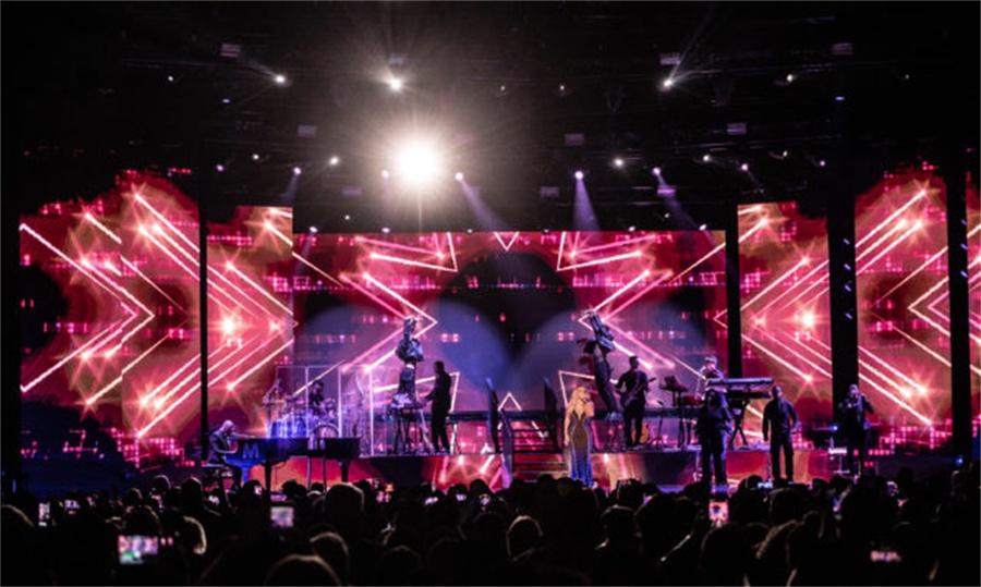 这场演唱会用简单的LED屏幕阵列打造了非一般震撼效果的舞美设计