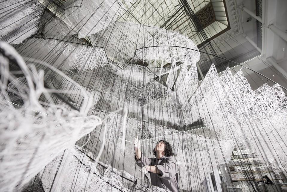 商场中庭美陈设计在盐田千春手上不但是艺术品,更是一个独特的空间体验