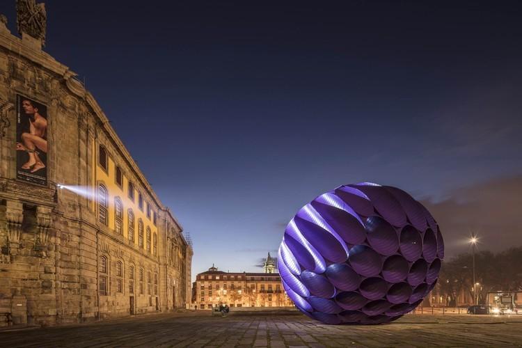 6米直径的月蚀展览装置大炮了原有的安静环境,让大家重新审视了Amor de Perdição广场
