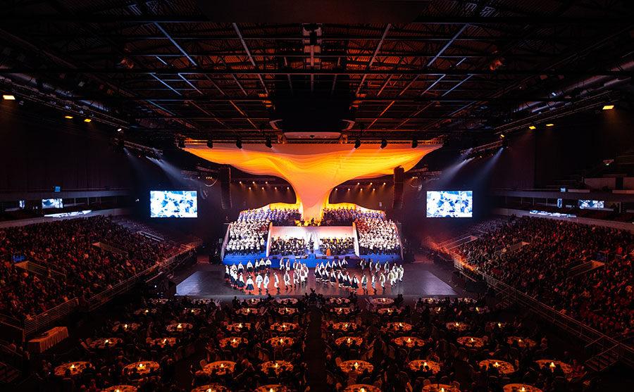 这个音乐会的舞美设计是对橡木进行了当代的诠释,太厉害了