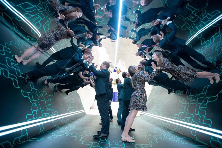 金融技术会议活动创新布景居然是舞台侧面的两组巨大的折纸纸鹤窗帘