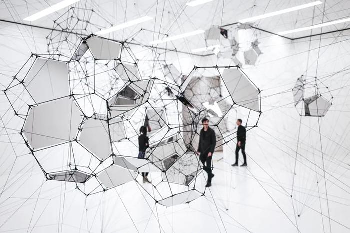 一场别样的艺术展览活动装置竟是以蜘蛛网贯穿了对未来城市的想象力