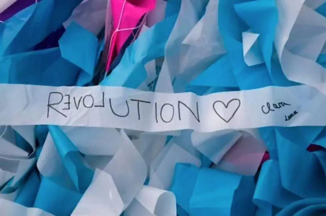 12万条彩带创造的这个动力学展览装置瞬间成为周年活动的焦点