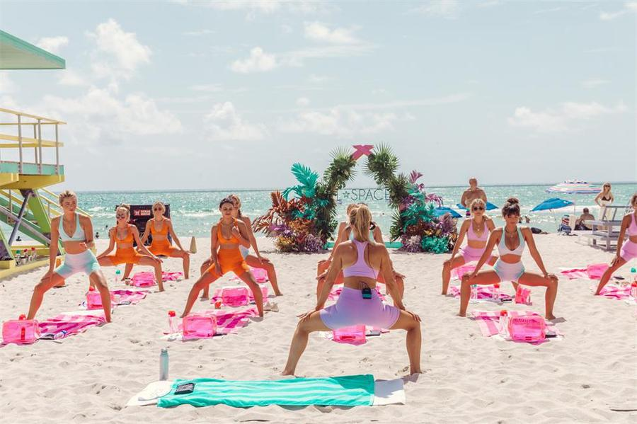 泳装产品发布会活动派对为社交媒体大咖提供了一场沙滩健身课