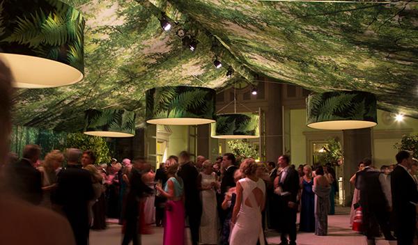 派对活动策划中运用最多的发光装饰应该是吊灯吧