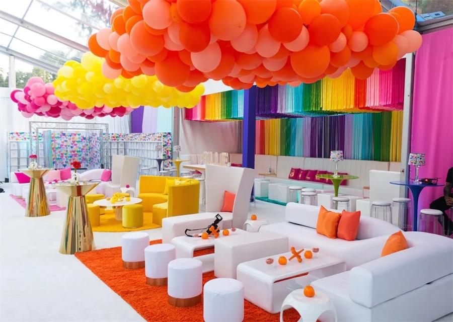 天呐!这彩虹色的派对活动现场太爱了,气球和流苏的策划创意真美好