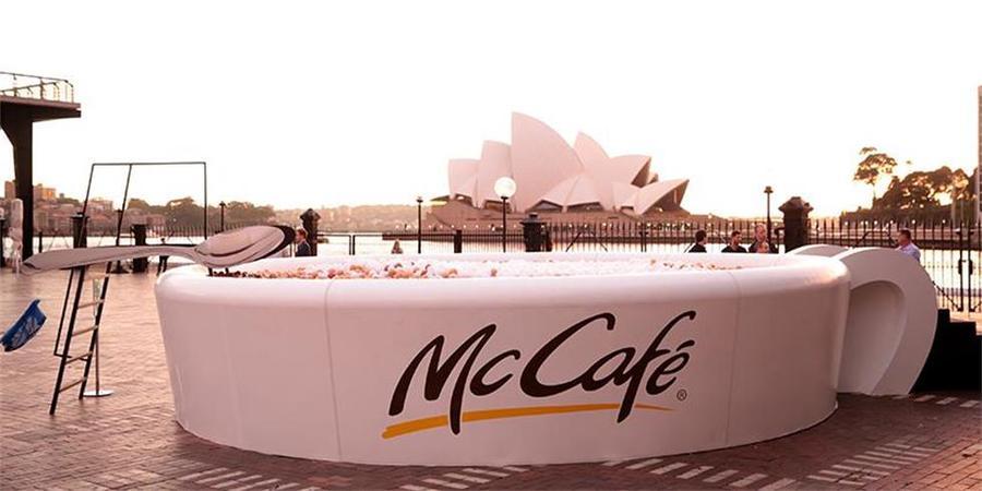 麦当劳搞这么大一杯咖啡快闪体验活动,旨在为24个地区带去24份欢乐礼物