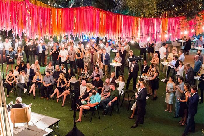 彩虹色丝带装饰的VIP派对活动车手云集,豪车美酒佳肴缺一不可