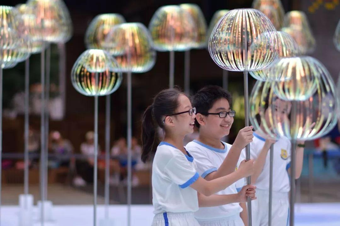 当商场美陈展览活动遇上科技与艺术时,富有创意的艺术作品惊艳了