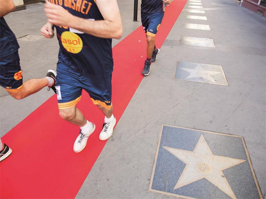 只用一条红地毯就把开业庆典活动中的临时演员变成了真正的明星