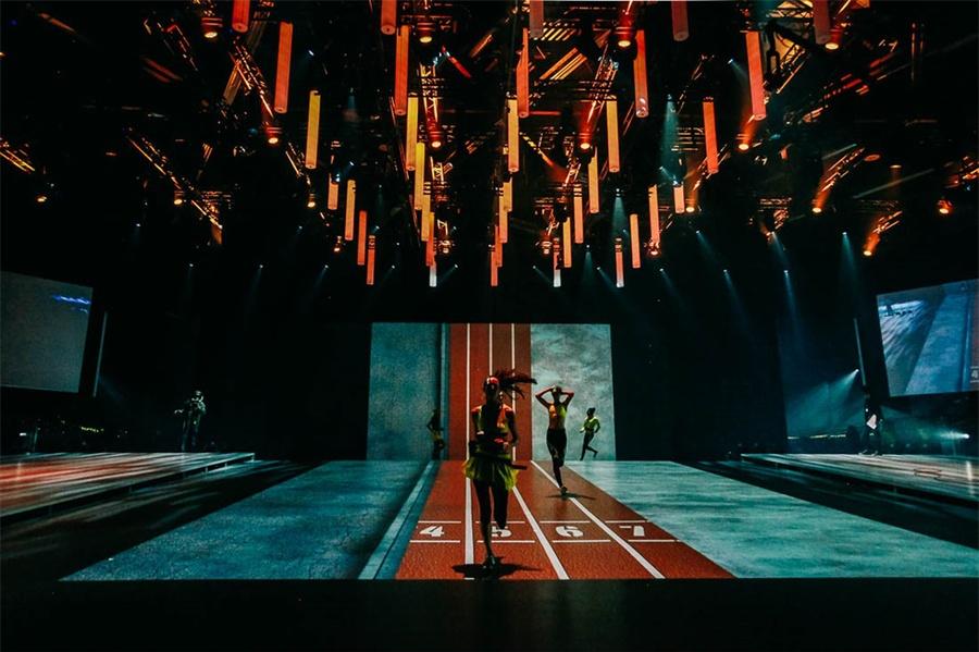 阿迪的全球品牌大会活动把舞台策划成多媒体空间,投影映射技术真厉害