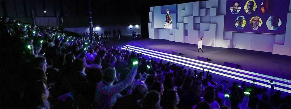 52米长的投影映射背景舞台震撼了这场行业会议活动