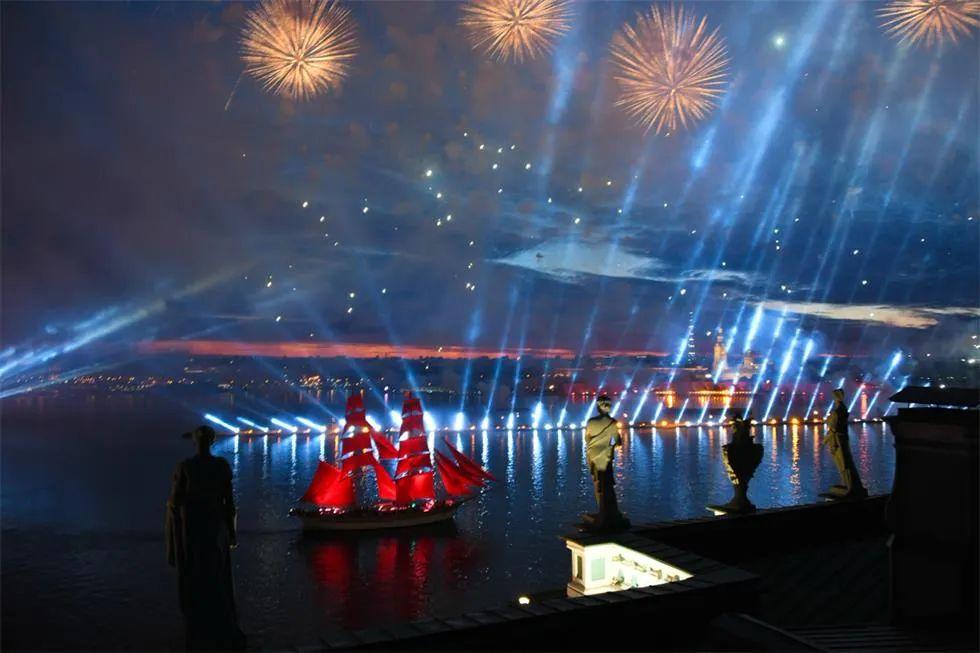 """俄罗斯""""红帆节""""庆典活动太亮眼了,冬宫广场秒变真正的""""造船场"""""""