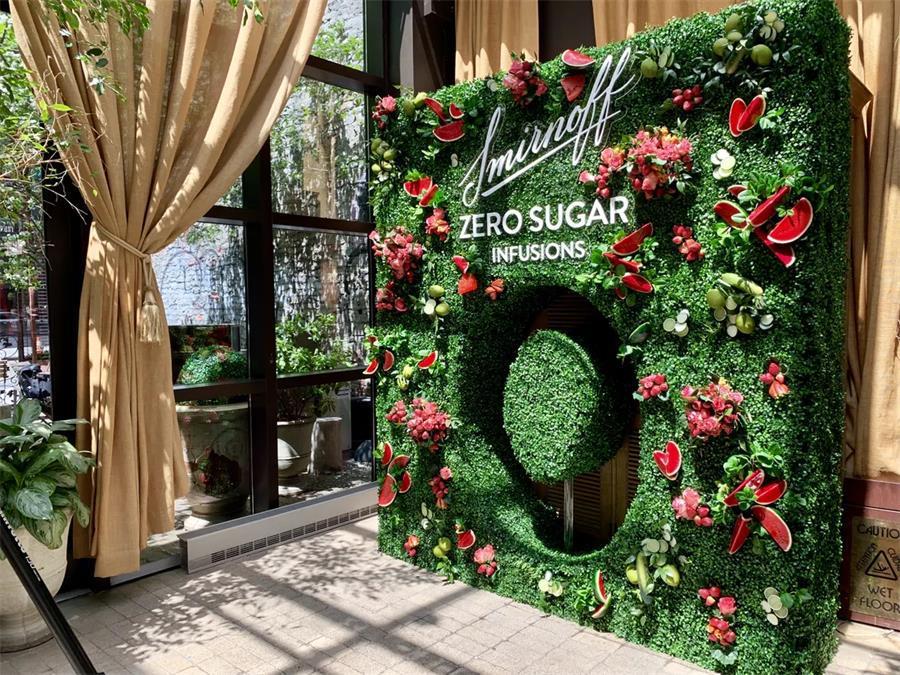 伏特加品牌的新品发布会活动策划的这面花艺形象墙秒成网红打卡点
