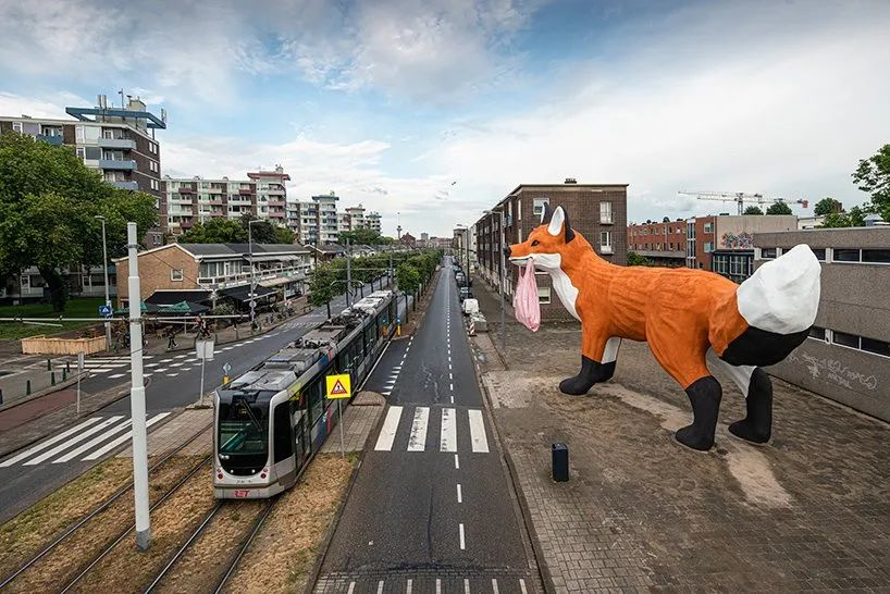 城市街道上展览的这个狐狸户外美陈艺术回头率超高的