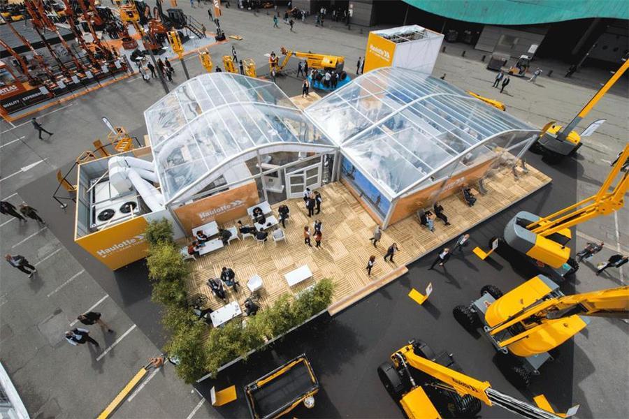 载人高空作业的新品展览活动现场被一群大家伙妥妥围住