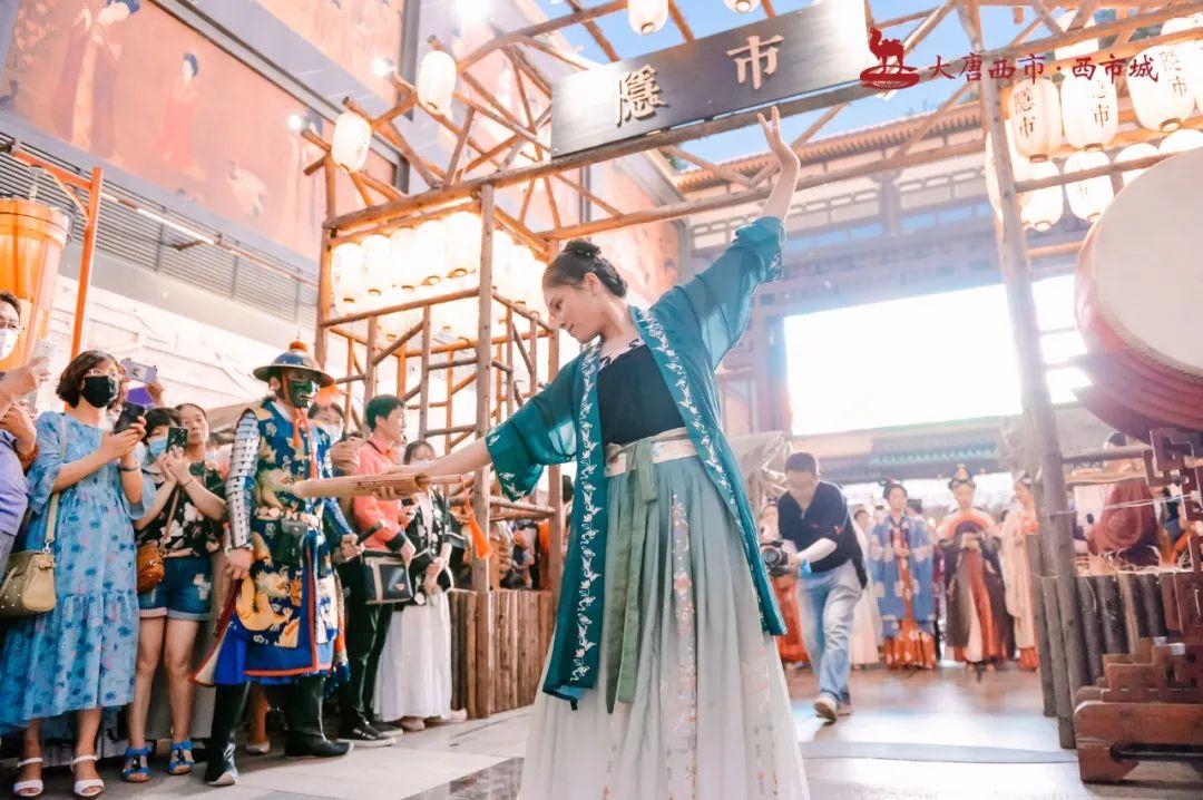 古代创意市集活动现场惊现百余位汉服同胞,策划表演体验十足