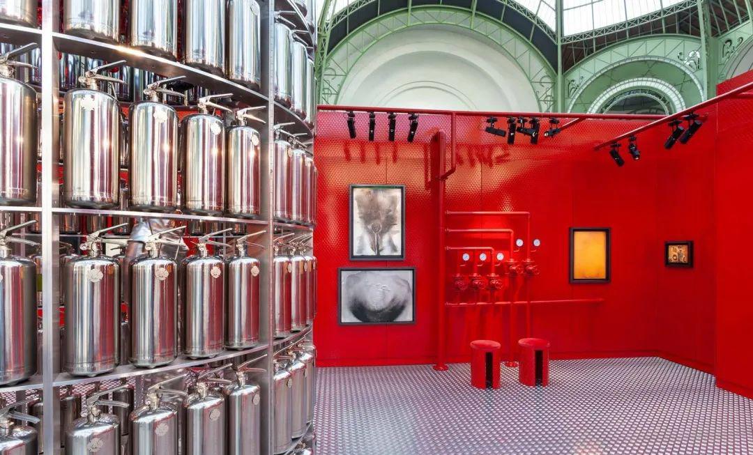 """""""着火""""主题展览活动策划了一场全新的视觉体验,灭火器很抢镜"""