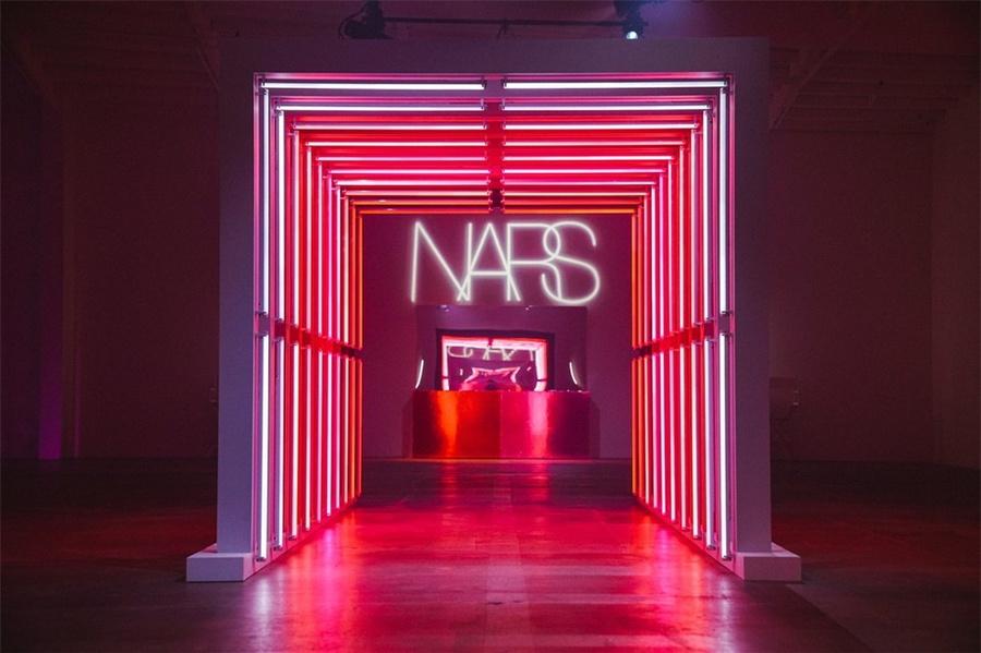 NARS口红发布会活动策划的老式日光灯管拱廊打卡很亮眼