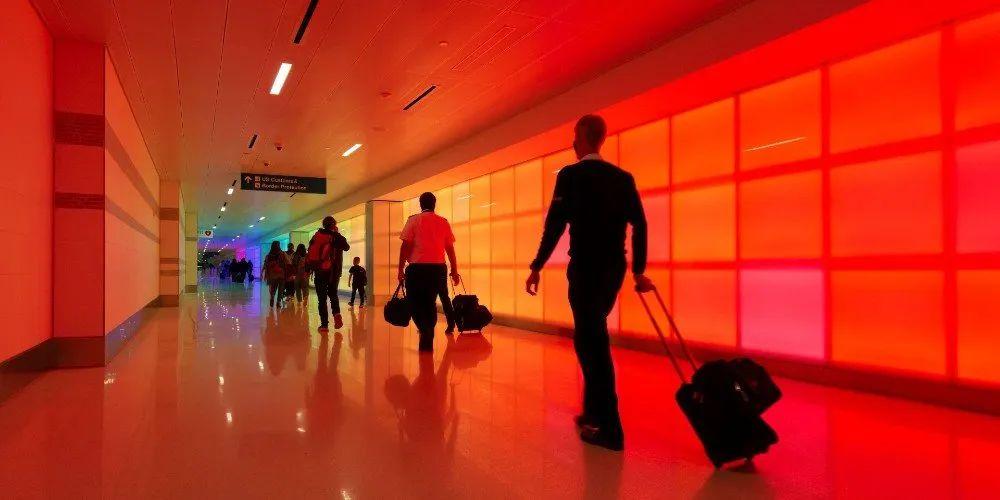 这个艺术展览活动装置把航站楼走道转变为沉浸式的色彩和光度体验